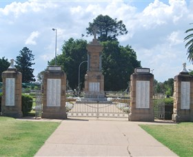 Warwick War Memorial and Gates - Australia Accommodation