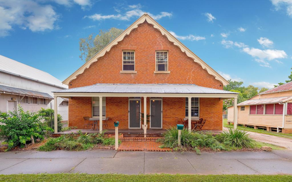 Eliza 1875 Red Brick Duplex Townhouse - Australia Accommodation
